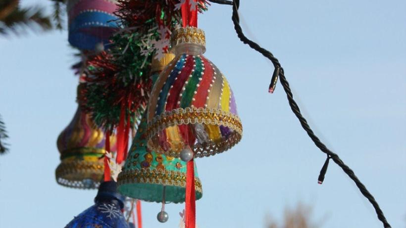 Новогодние игрушки на уличную ёлку своими руками из пластиковых бутылок 7