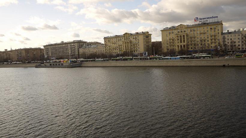 Около Фрунзенской набережной столицы едва не потонул человек