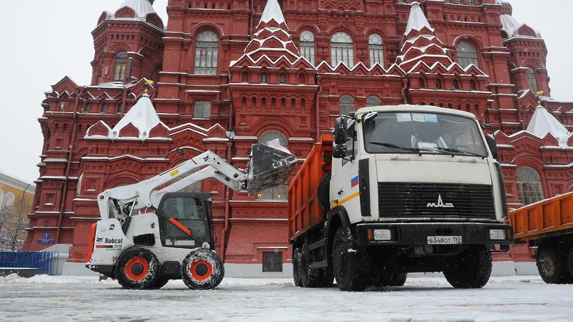 Коммунальщики продолжают устранять последствия снегопада в столице