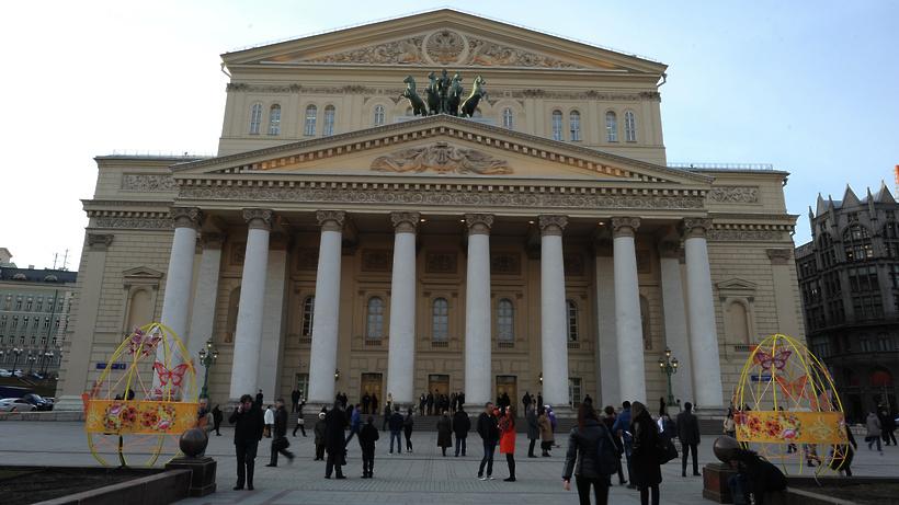 У огромного театра выстроилась очередь забилетами набалет «Нуреев»