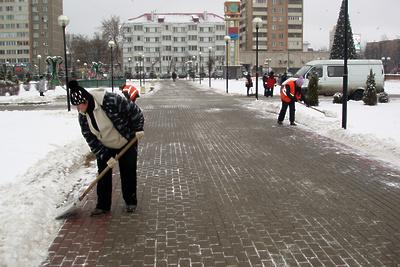 Около 600 дворников расчищают дворы Подольска от снега