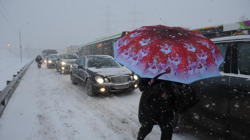 Любителей автомобилей попросили пересесть на публичный транспорт из-за снегопада
