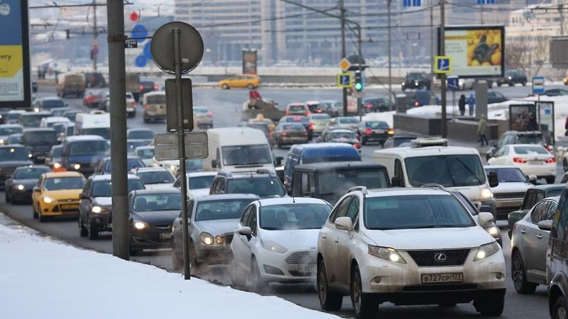 Снегопад осложнил ситуацию на трассах столицы