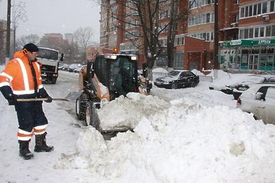 Почти 100 человек ликвидируют последствия снегопада в Королеве