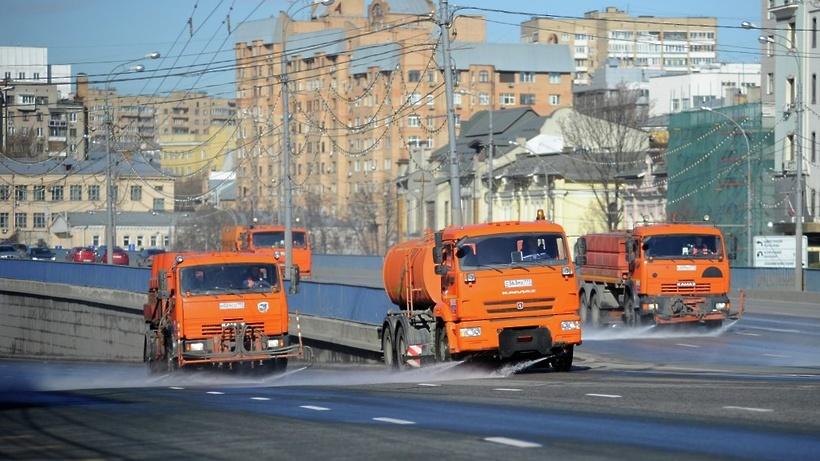 Улицы, дороги идворы столицы повторно помоют шампунем перед зимой