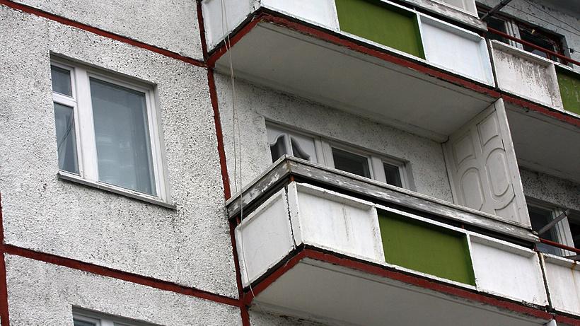 Аварийные балконы в серпухове спилили и оставили без огражде.