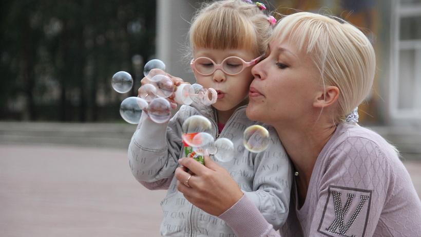 Более 300 человек прошли обучение в школе приемных родителей в Подмосковье с начала года