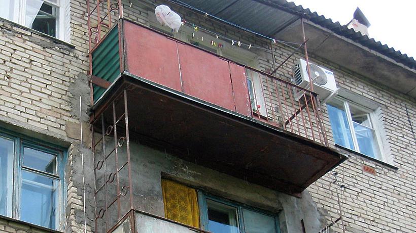 Проверку по обрушению перил балкона и смерти женщины проводя.