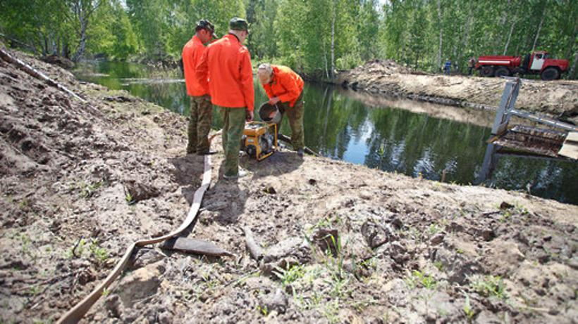 Дополнительные объемы воды закачиваются в системы обводнения торфяников в связи с потеплением в Подм...