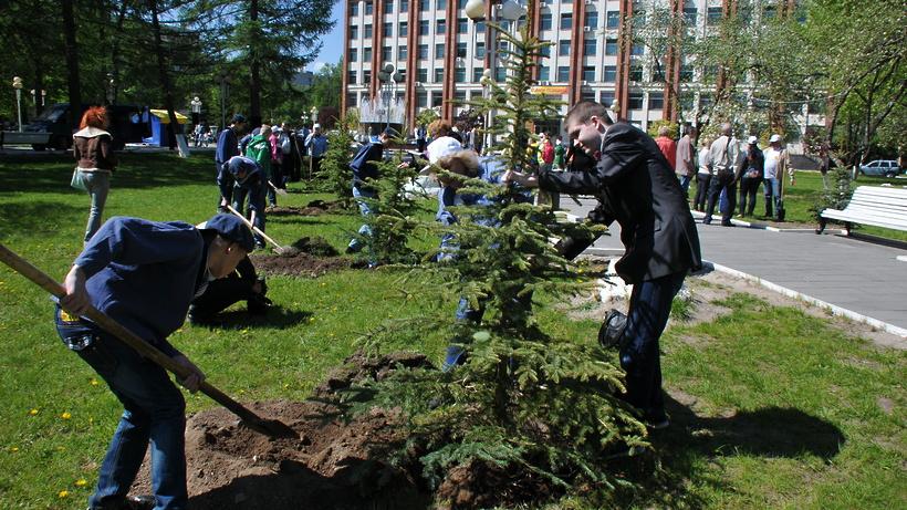Андрей Дунаев посетил центральную площадку экологической акции «Лес Победы»