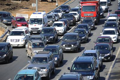 Водителей просят быть внимательными на дорогах Подмосковья в выходные из‑за наледи