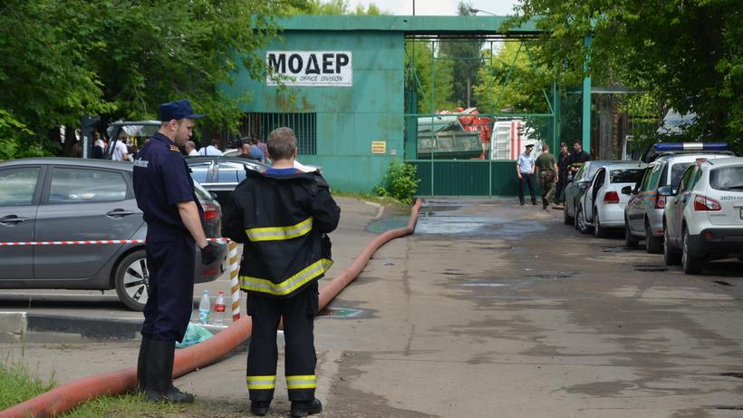 Двое пожарных погибли насгоревшей мебельной фабрике вПодмосковье
