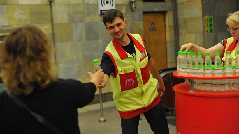 На 9-ти станциях МЦК начали раздавать бутылки сводой из-за жары