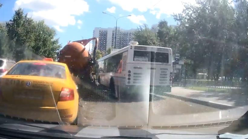 Лопнувшая бочка ассенизаторской машины в столице России затопила дорогу исоседей