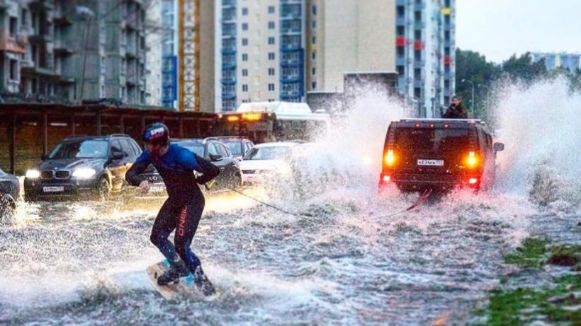 Москвич поимени Махмуд прокатился навейкборде позатопленным улицам