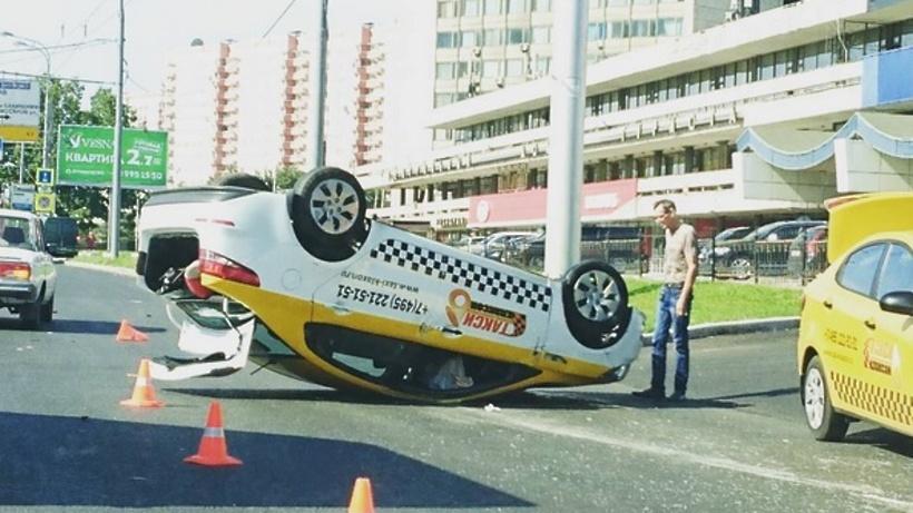 Назападе столицы такси врезалось встолб иопрокинулось