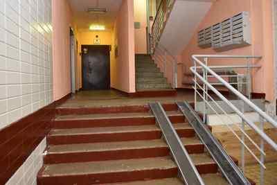 УК Подольска отремонтировала входную дверь в подъезде дома по просьбе жителей