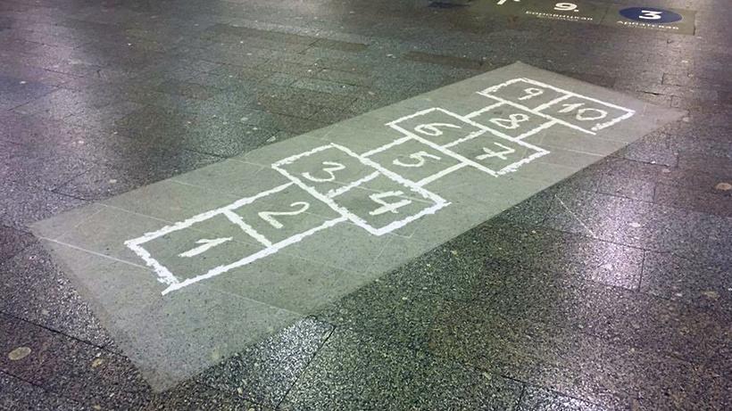 Поиграть в«классики» могут пассажиры впереходе московского метро