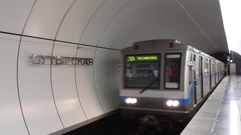 Пьяный пассажир упал на рельсы на станции метро «Бутырская»