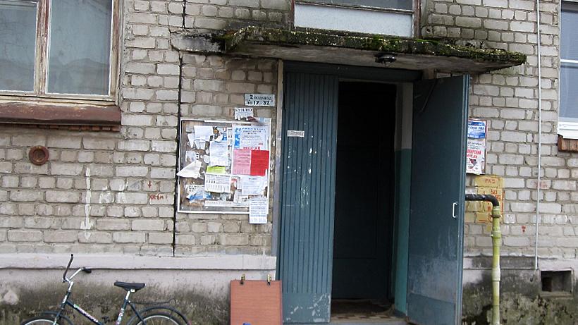 УК отремонтировала козырьки подъездов, отмостку и цоколь дома в Дубне