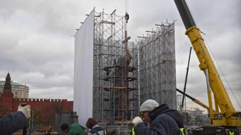 С монумента правителю Владимиру вцентре столицы преждевременно снимают строительные леса