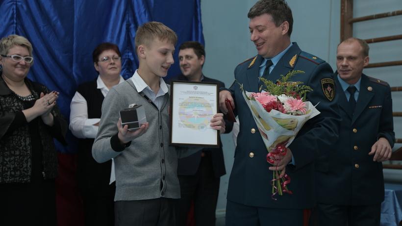 Ребенок получил медаль заспасение девушки изогня— Подмосковье