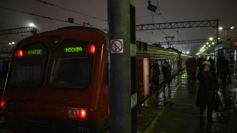 ВПодмосковье поезд «Ласточка» насмерть сбил юного мужчину врайоне Щербинки