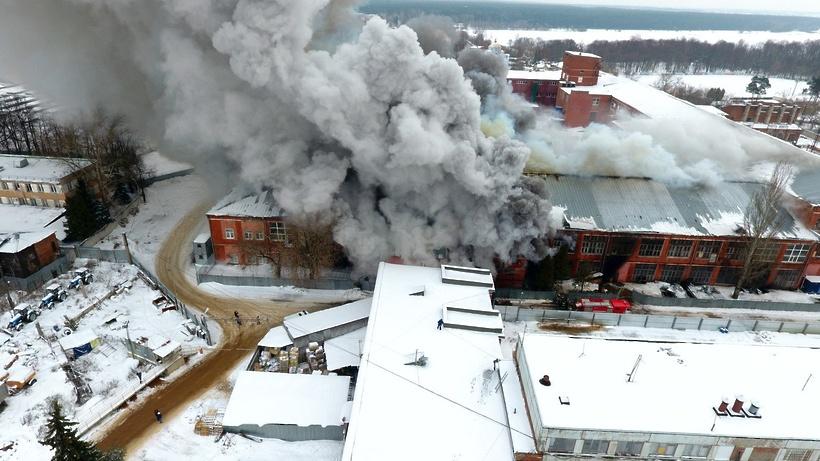 ВПодмосковье напротяжении нескольких дней горела мебельная фабрика