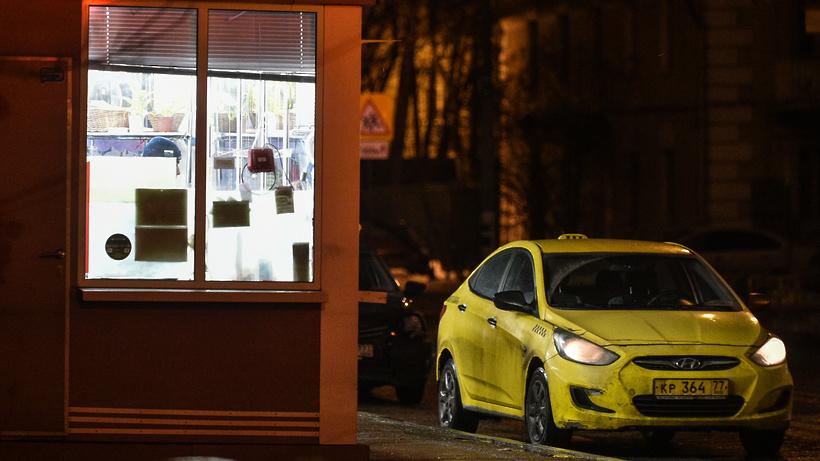 Подмосковный таксист угрожал изнасиловать пассажира из‑за 12 рублей