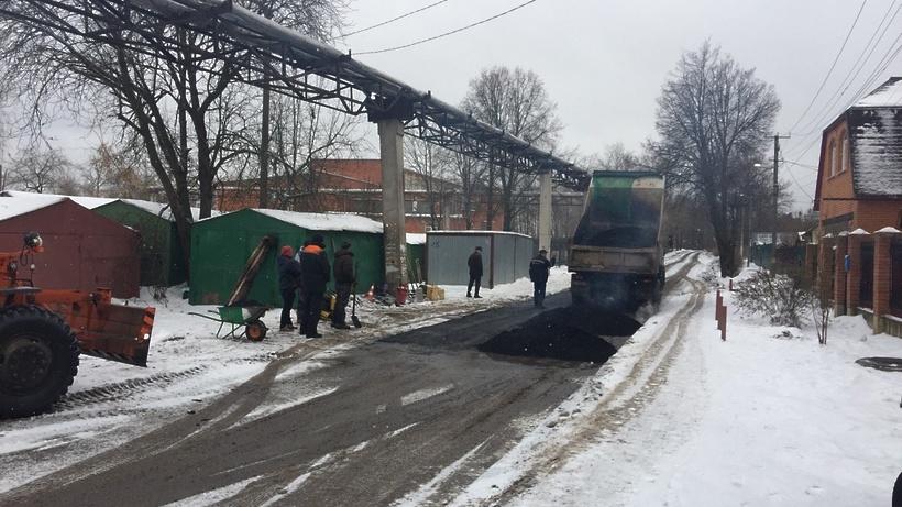 Блогеры возмущены укладкой асфальта впроцессе снегопада вМосковской области
