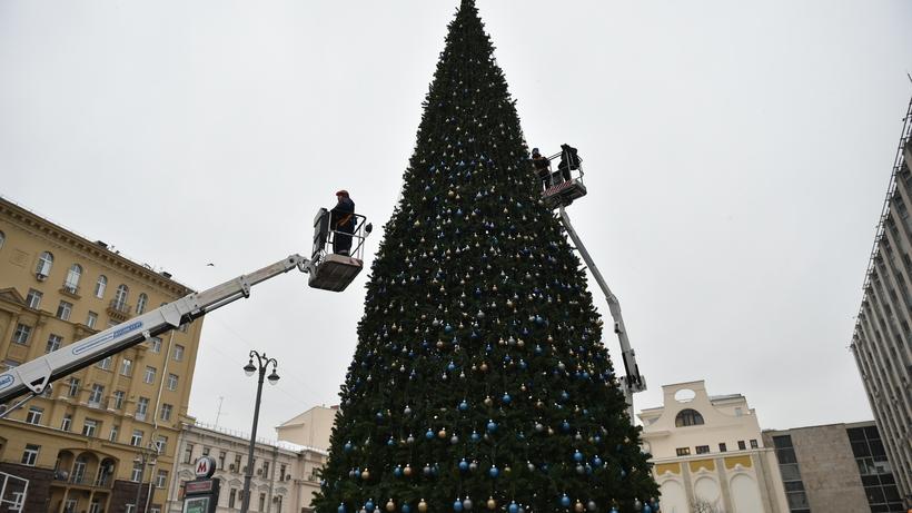 В столице России начался монтаж новогодних елей ипраздничных конструкций