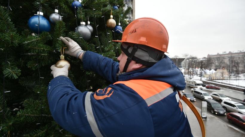 В столице начали демонтаж новогодних елей ииллюминации
