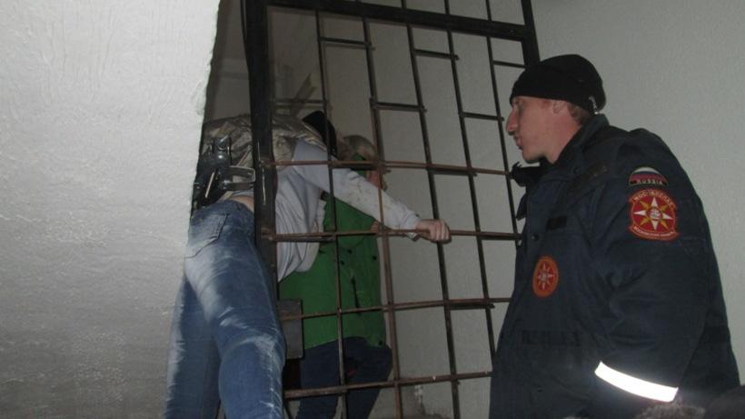 Cотрудники экстренных служб освободили застрявшую вчердачной решетке поклонницу селфи вМО