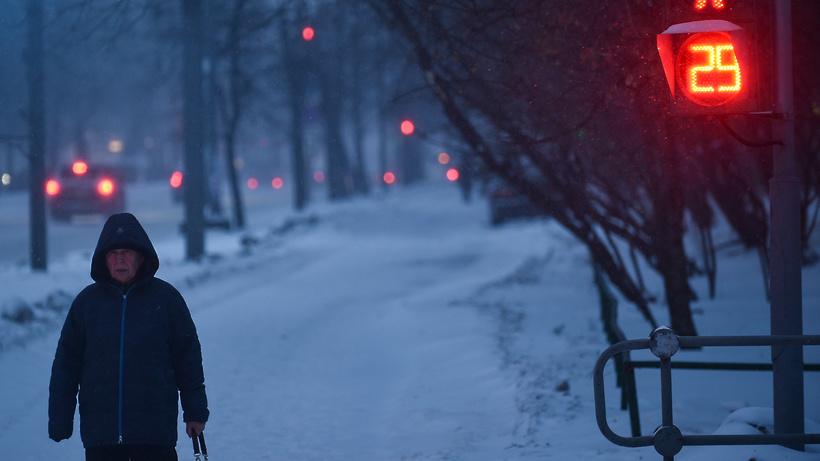 Cотрудники экстренных служб предупреждают жителей столицы омокром снеге при порывистом ветре игололедице
