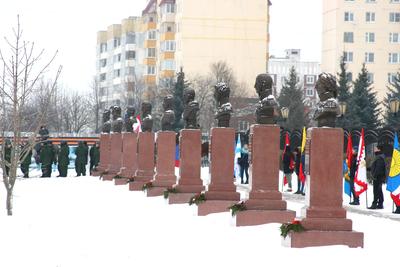 Первую в Подмосковье Аллею славы с бюстами 17 российских полководцев открыли в Можайске