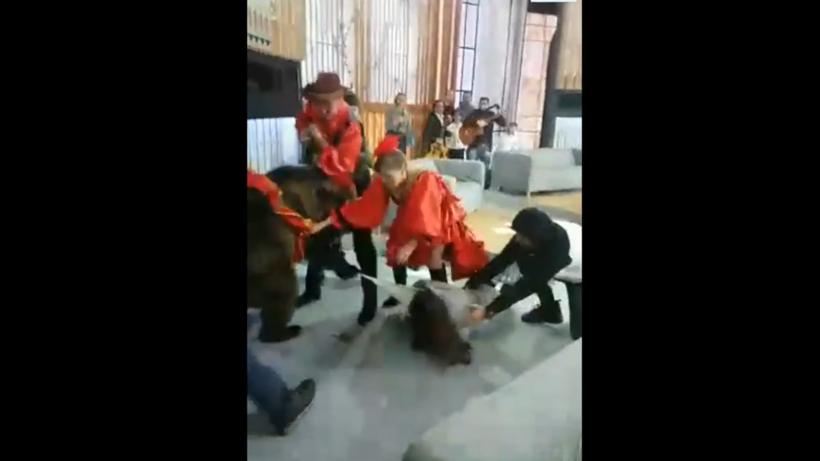 Медведь накинулся на девушку на съёмках передачи «Про любовь» в Москве
