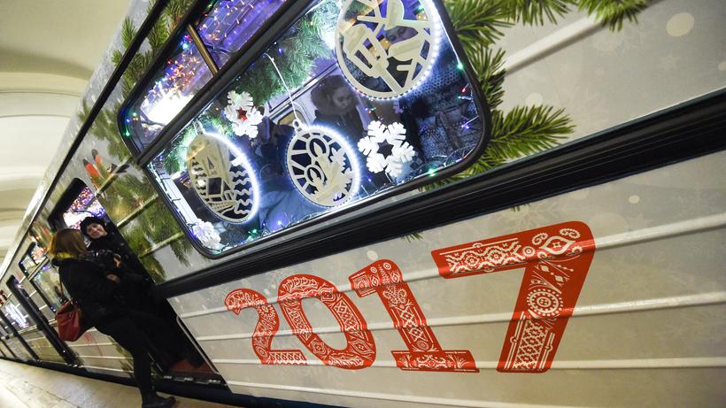 Всоставе новогоднего поезда метро столицы запустили вагон, посвящённый Рождеству