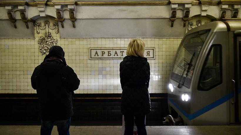 Мужчина упал напути настанции метро «Смоленская» в российской столице