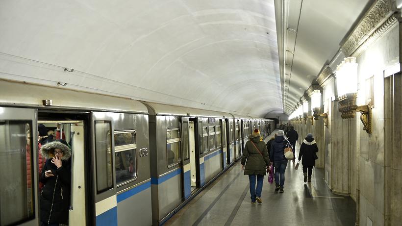 СКР начал проверку событий погибели женщины вмосковском метро