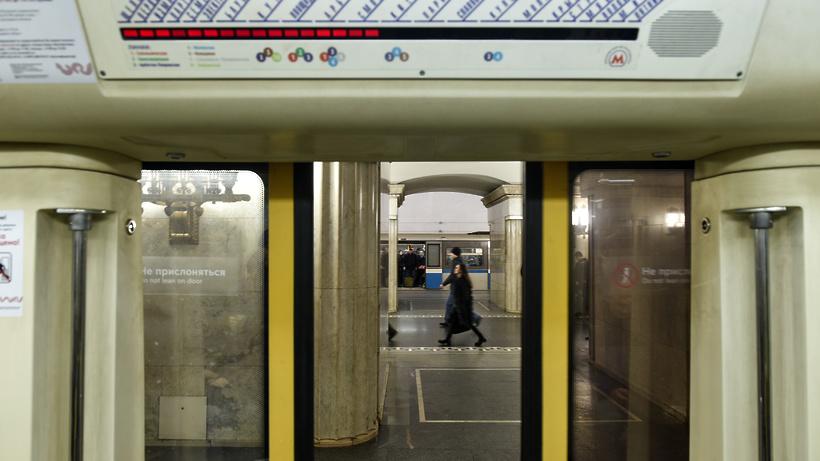 На «красной» ветке московского метро произошел сбой: нарельсы упал пассажир