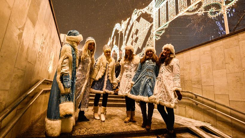В российской столице прошел парад Снегурочек