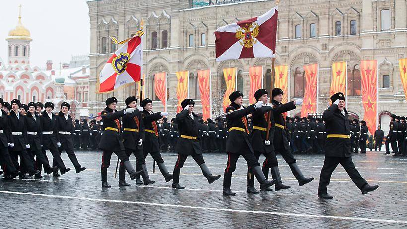 ВВеликом Новгороде соркестром штаба округа подчеркнули годовщину Росгвардии