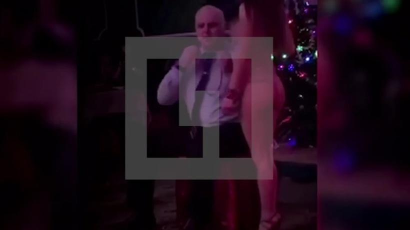 ВПодмосковье главный врач онкобольницы устроил «грязные» танцы состриптизершей