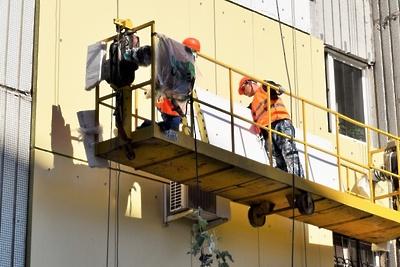 Рабочие укрепили межпанельные швы в одном из домов Подольска после жалобы жителя