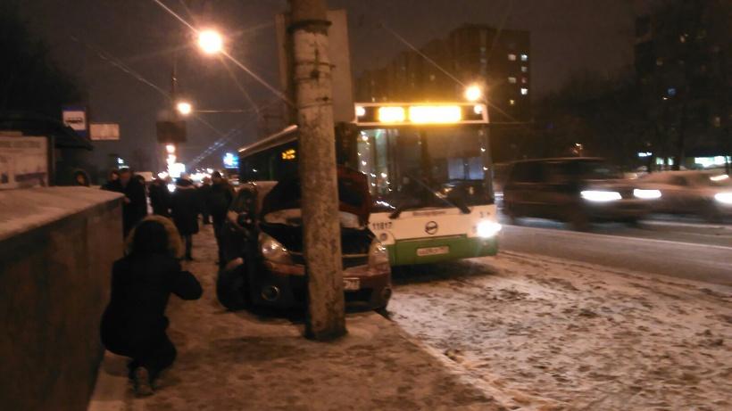 Насевере столицы автомобиль врезался востановку