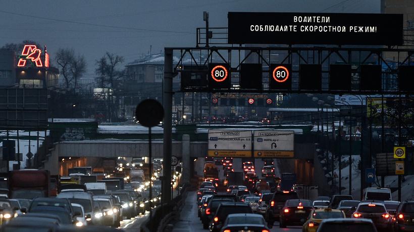 Около 100 экранов транслируют призывы к снижении скорости на дорогах в Подмосковье