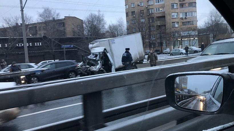 НаЛенинградском шоссе Газель протаранила КамАЗ