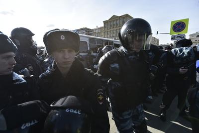 Полицейский получил черепно‑мозговую травму во время несогласованной акции в Москве