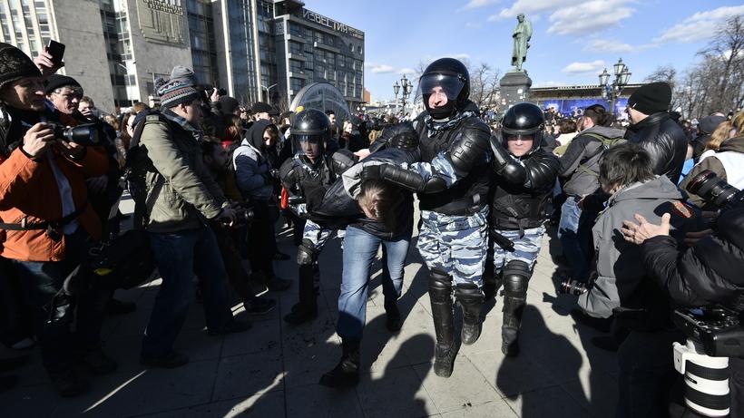 В российской столице впроцессе несогласованной акции задержали неменее 800 человек