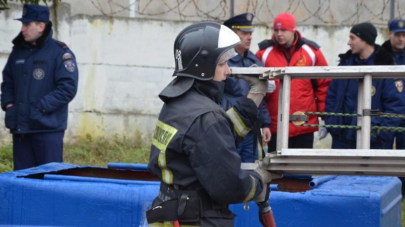 ВПодмосковье cотрудники экстренных служб освободили застрявшего вкачелях ребенка
